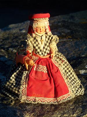 Une des nombreuses versions de poupée Dame Carcas réalisée dans les années 1950 ou 1960